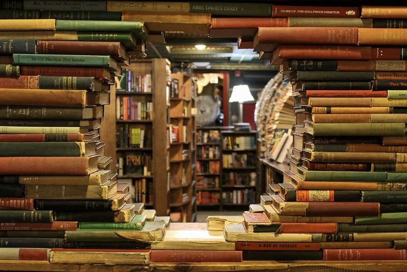 The Last Bookstore. Finestra tonda di libri presso la libreria labirinto di LA