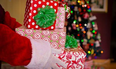 Santa Claus. Regali di Natale consegnati dalle mani di Babbo Natale