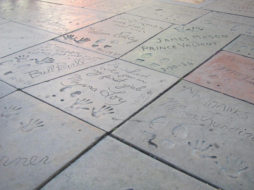 Impronte di celebri star del cinema sulla pavimentazione antistante l'ingresso del Chinese Theatre