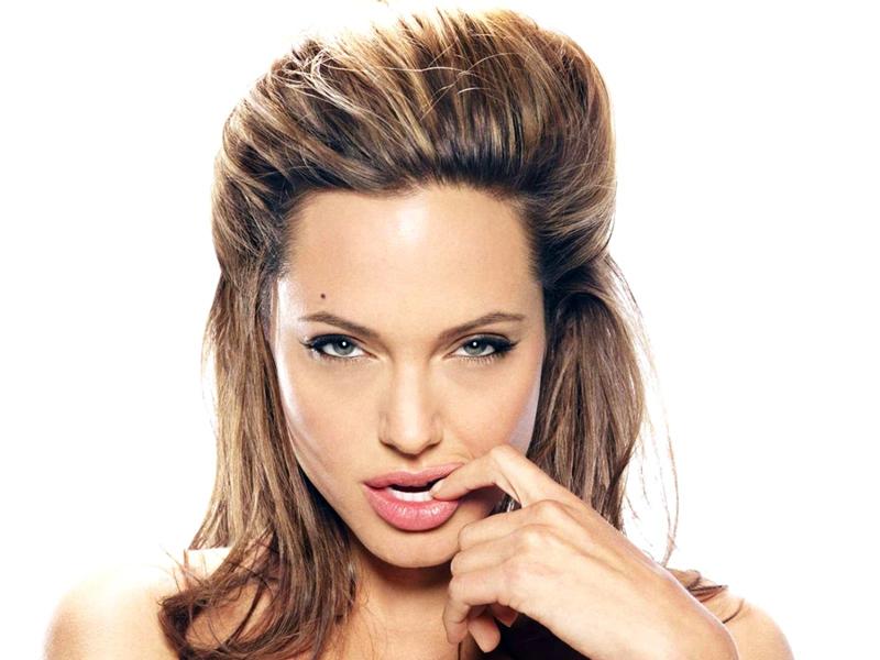 angelina Jolie - Angelina in una posa impertinente