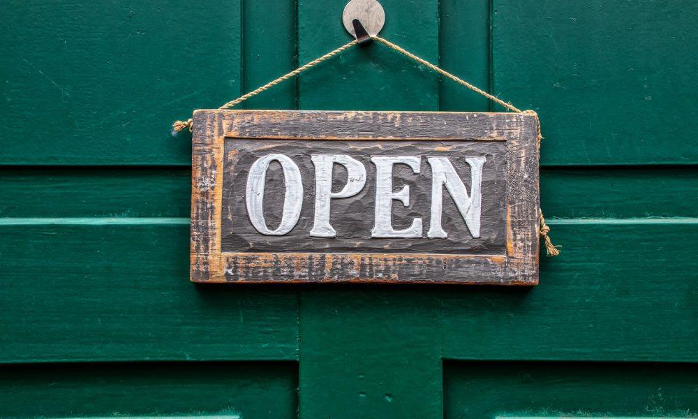 "riapertura parrucchieri e ristoranti, targhetta ""open"""