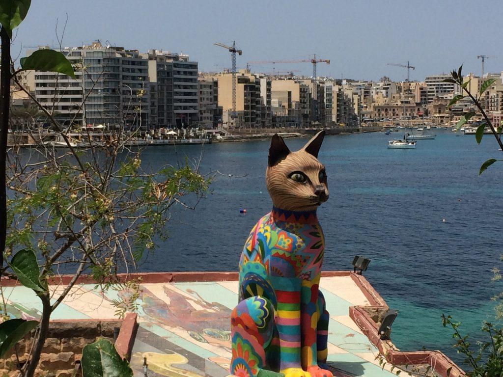 Cosa vedere a Sliema - La statua gigante di gatto presso i Giardini dell'Indipendenza