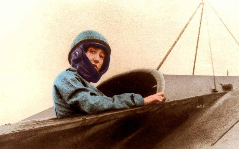Rosina Ferrario-l'aviatrice alla guida del suo bimotore