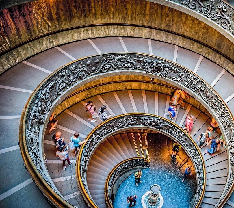 musei vaticani- immagine di una scalinata all'interno dei musei vaticani