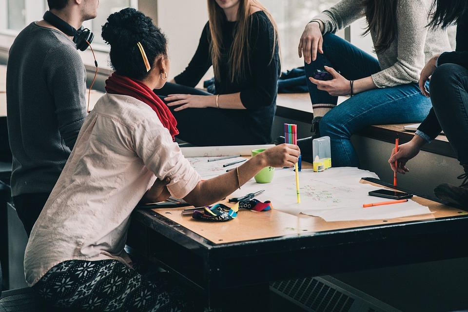 studenti- foto di studenti ad un tavolo di lavoro