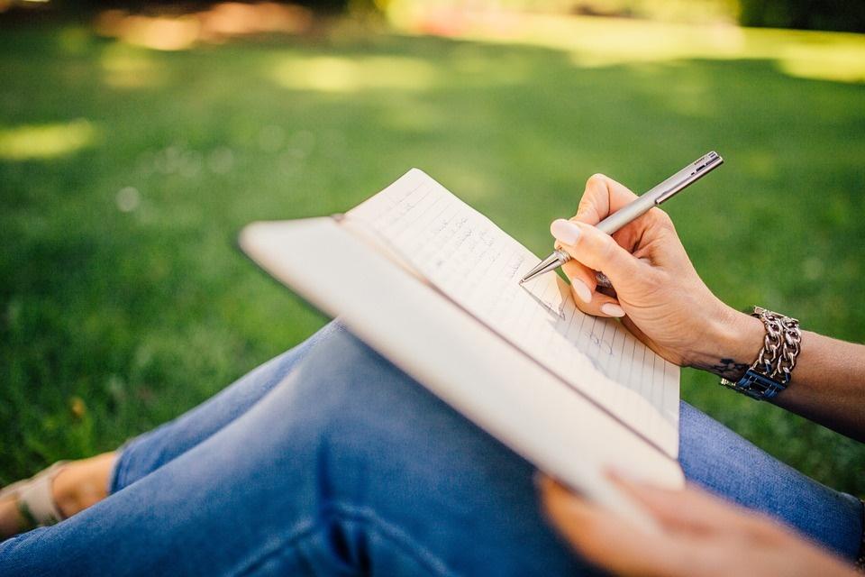 studiare italiano- immagine di studentessa la lavoro