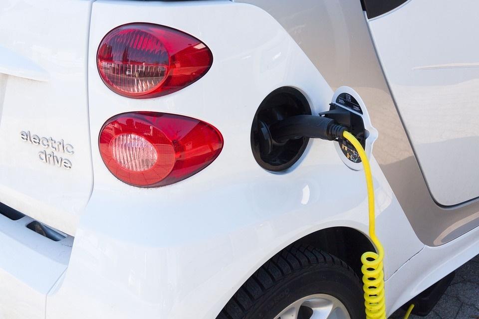 Car Sharing a Malta - auto elettrica parcheggiata per carica elettrica