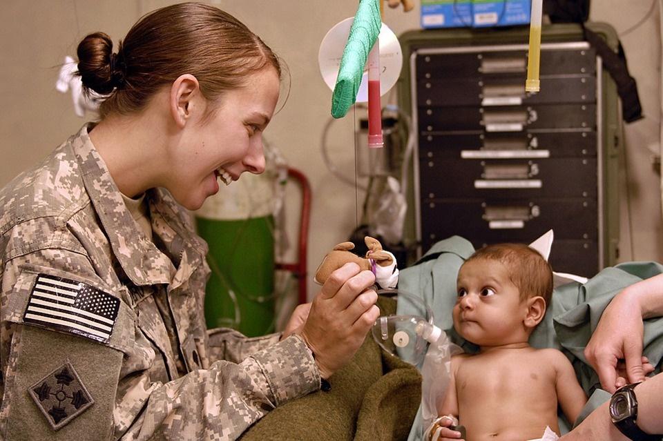 premio internazionale Virdimura - immagine di una donna che pratica la medicina in zona di guerra
