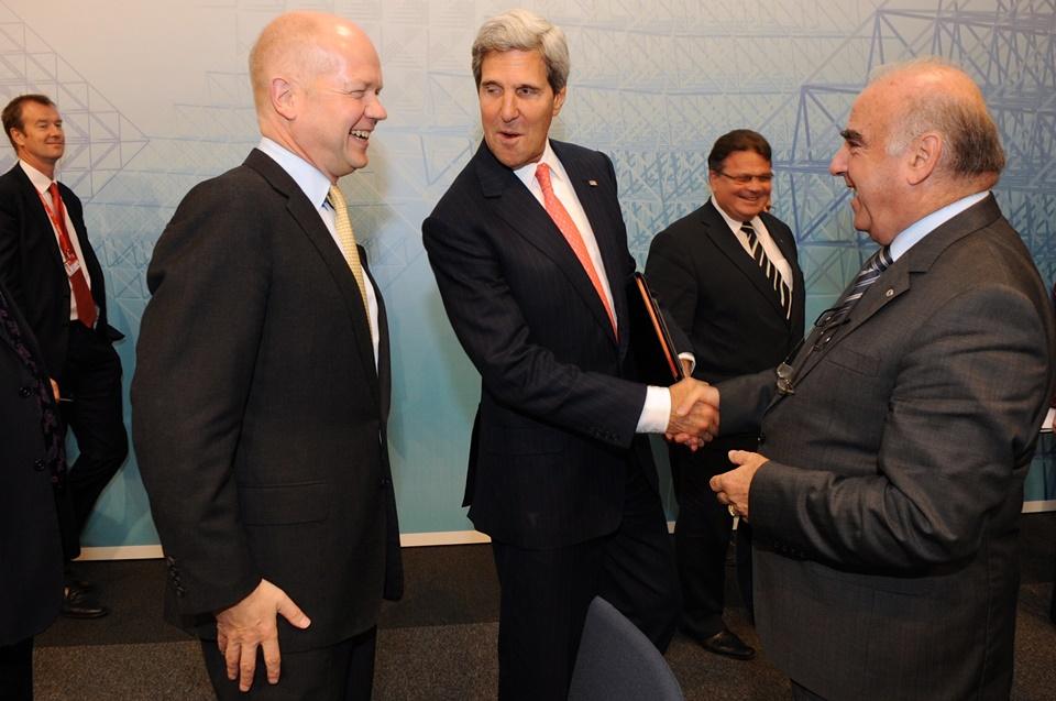 George Vella - il neo presidente Vella stringe la mano ad un politico