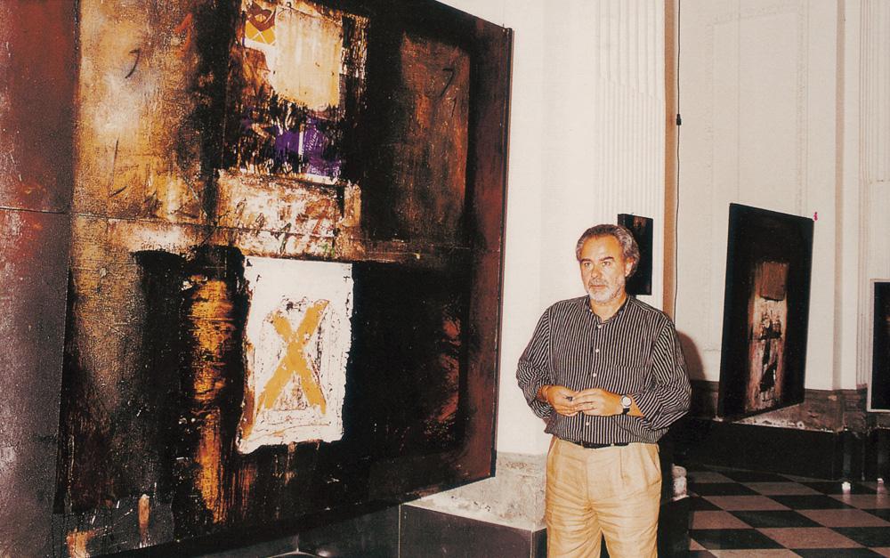Walter Coccetta con una sua opera