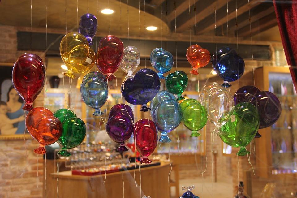 la lavorazione del vetro a Malta - vetro artigianale a forma di palloncini