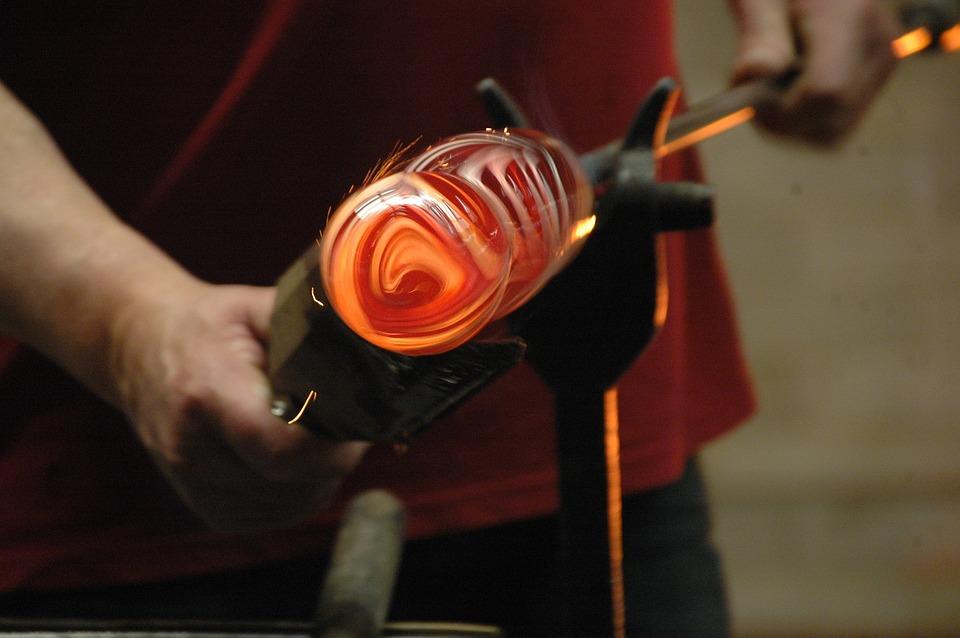 la lavorazione del vetro a Malta - artigiano al lavoro sul vetro
