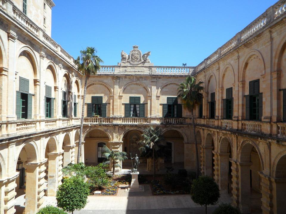 gli arazzi di malta - il palazzo sullo sfondo