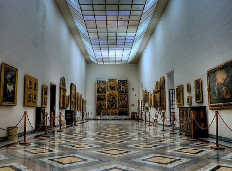 interno del museo con i quadri esposti