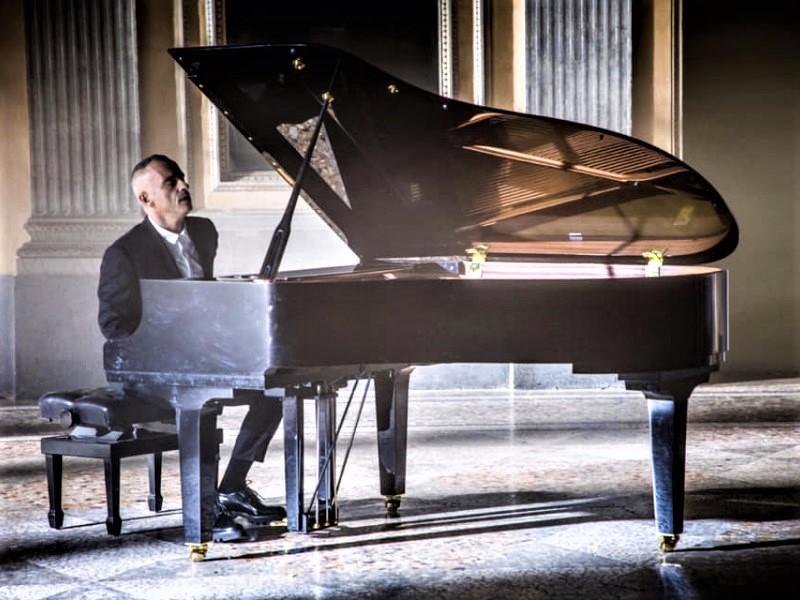 Eros Ramazzotti al piano