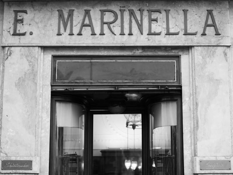 L'ingresso del negozio E. Marinella