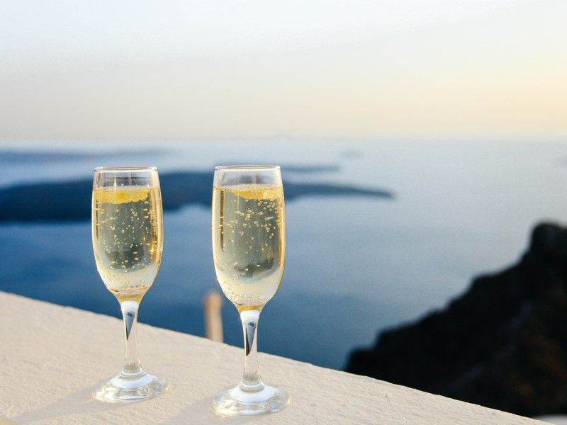 festività natalizie: due bicchieri di spumante