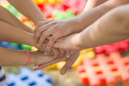 mani che si aiutano
