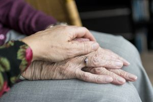 mani di anziani