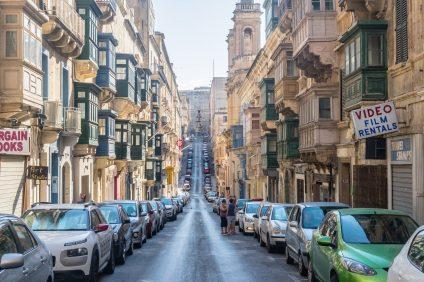 scuola guida - strada di Valletta con auto parcheggiate