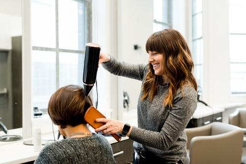 riapertura - cliente seduta dal parrucchiere