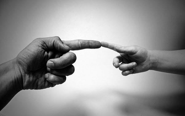 Barbara Baschiera - foto in bianco e nero di due mani che si toccano