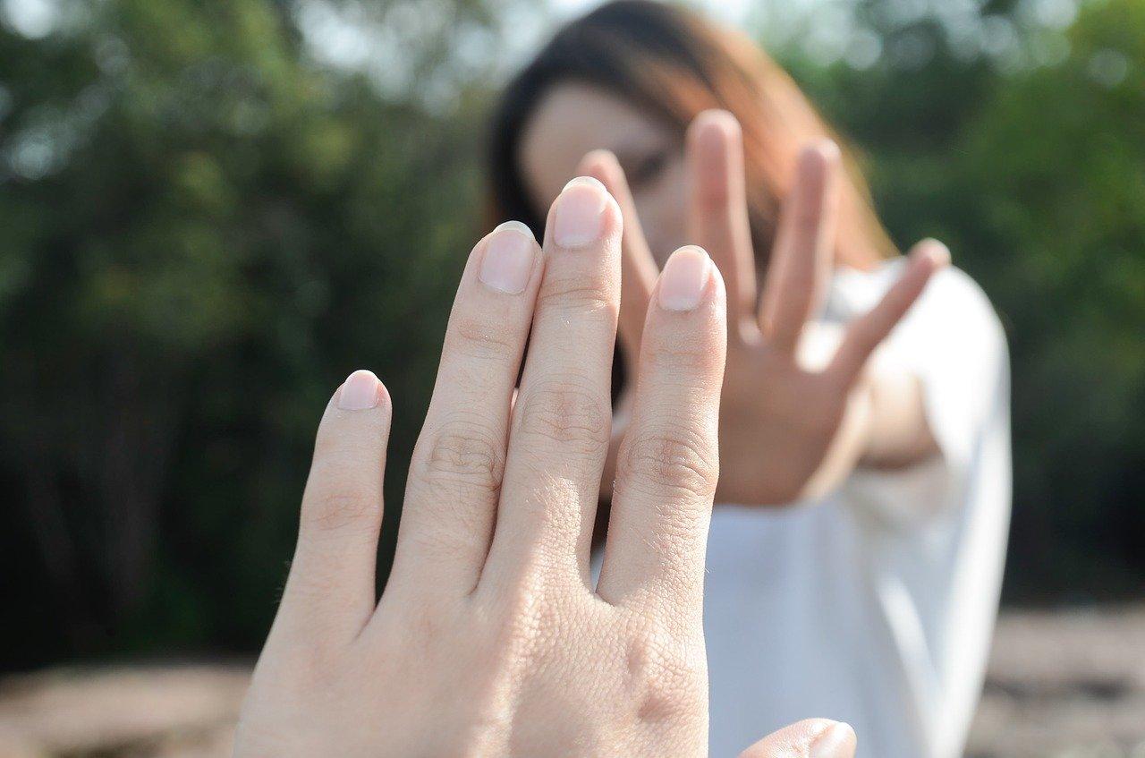 distanza sociale - due mani vicine che non si toccano