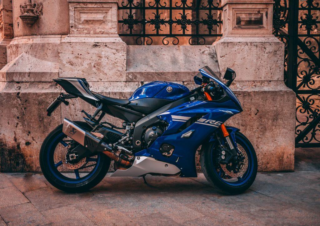 scuola guida - una moto parcheggiata