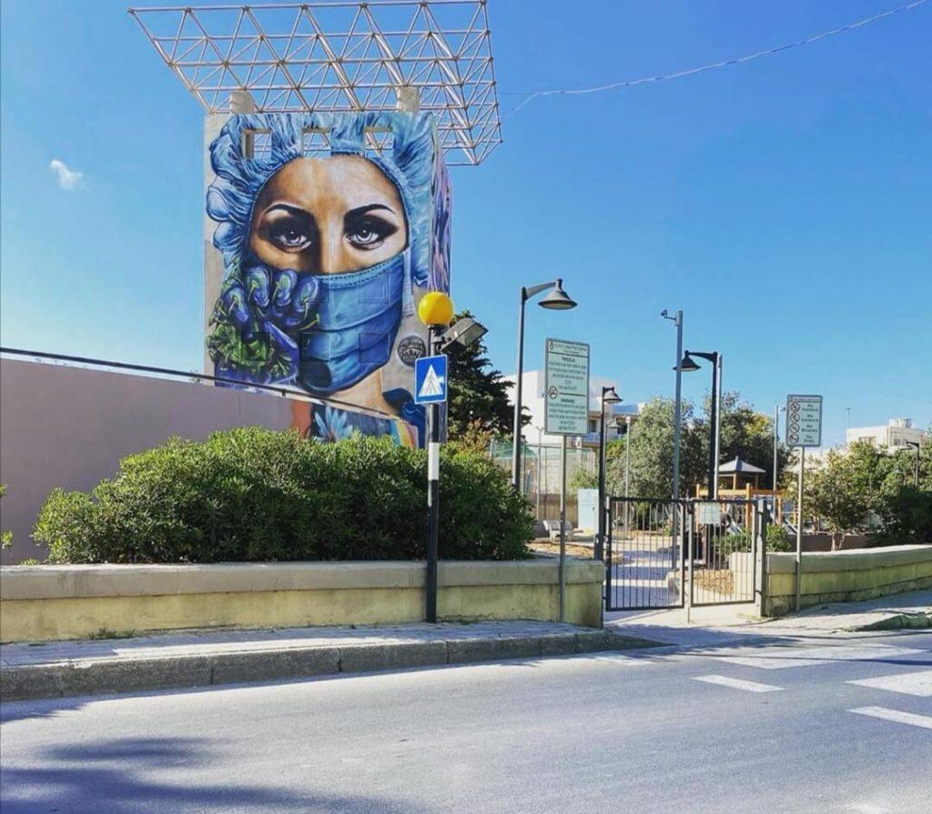murale Pandemic heroes visto dalla strada