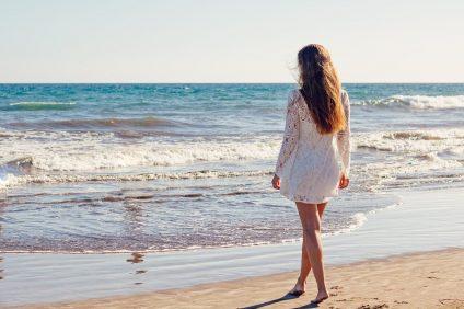 una ragazza sulla spiaggia