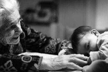 Barbara Baschiera - foto in bianco e nero di una nonna con nipote