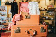 viaggiare - una valigia con vestiti