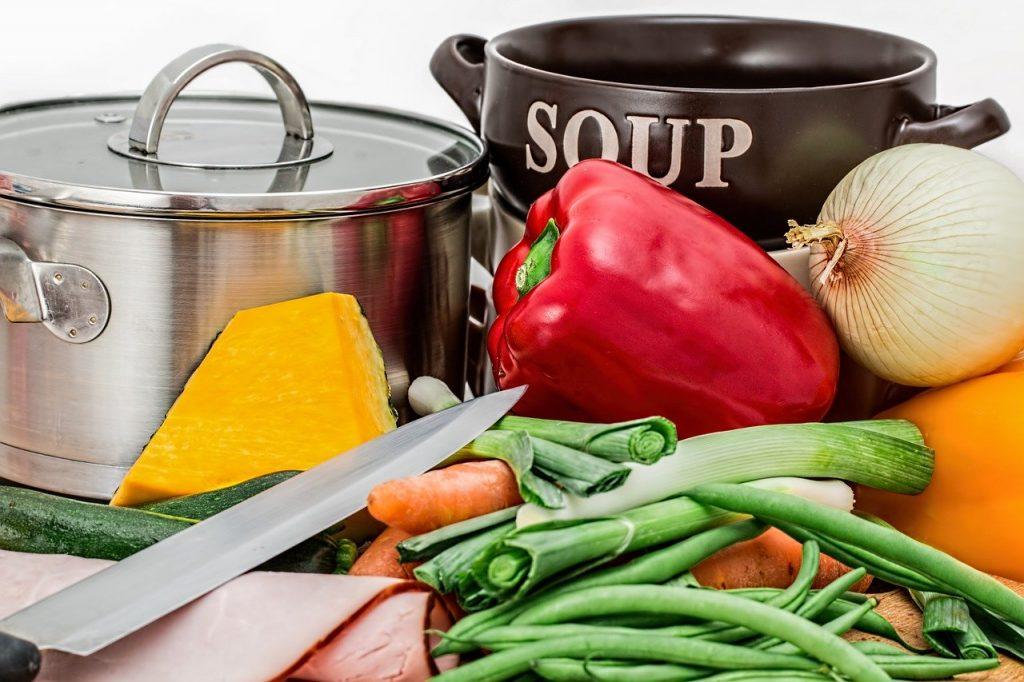 cibo - verdure fresche vicine a due pentole
