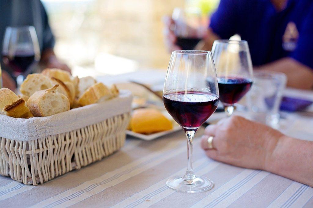Calici di vino durante il pasto