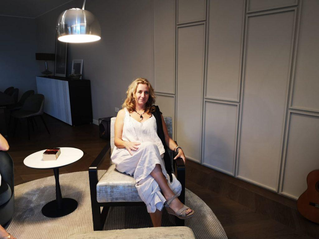 marzia cipollone seduta nel suo salotto