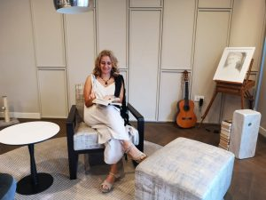 marzia cipollone seduta con in mano il suo libro