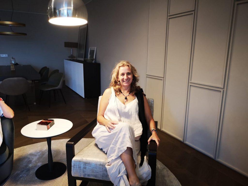 marzia cipollone con vestito bianco sorridente
