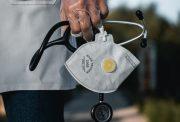 materiale sanitario: mano di un dottore in camice