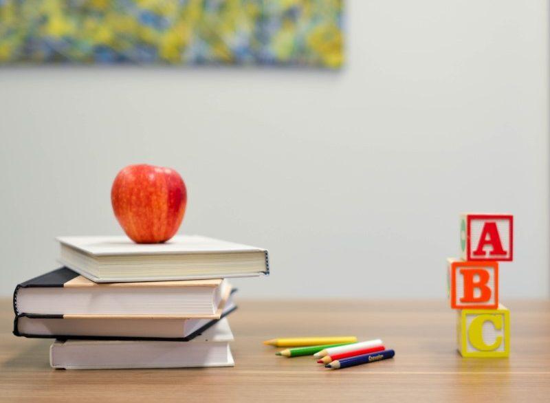 si tornerà a scuola: banco con libri