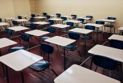 scuole a malta - aula con di banchi di scuola distanziati
