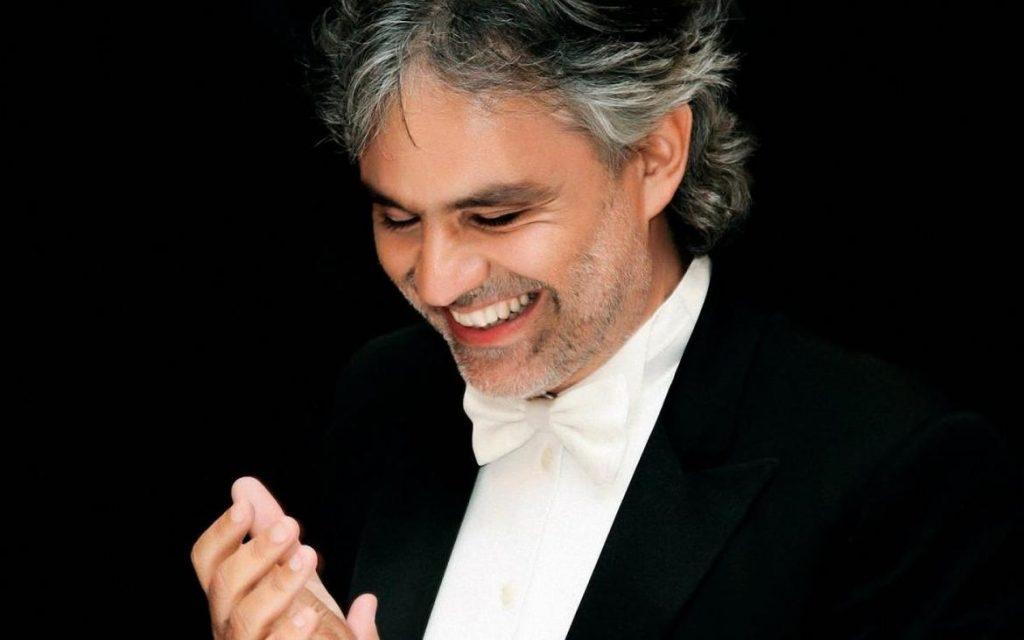 Andrea Bocelli sul palco sorridente