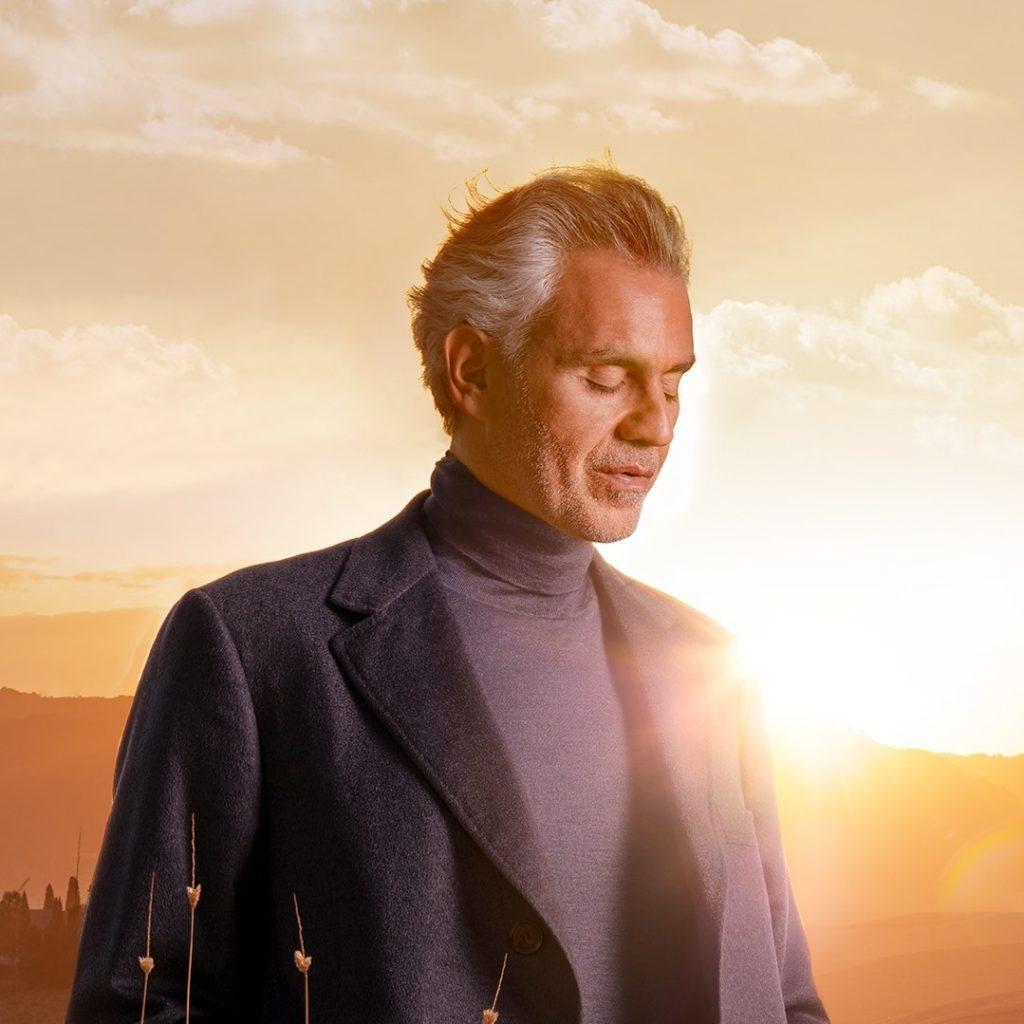 Andrea Bocelli con il sole alle spalle