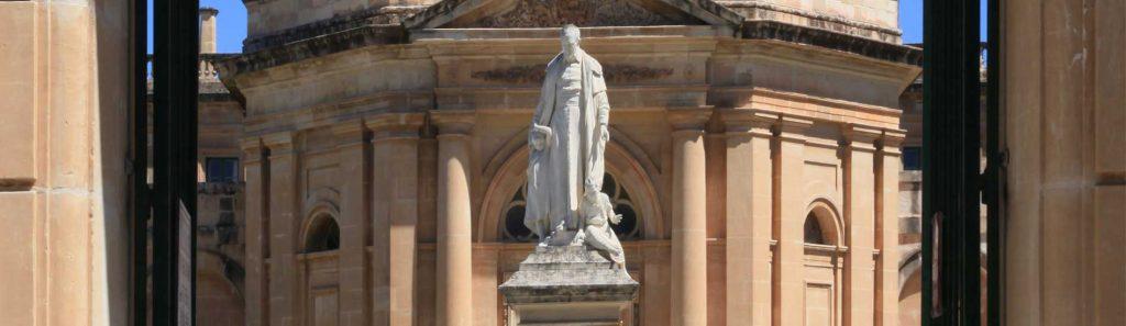 Il Conservatorio Vincenzo Bugeja, statua