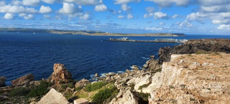 Għar Tuta, sul fondo, la baia