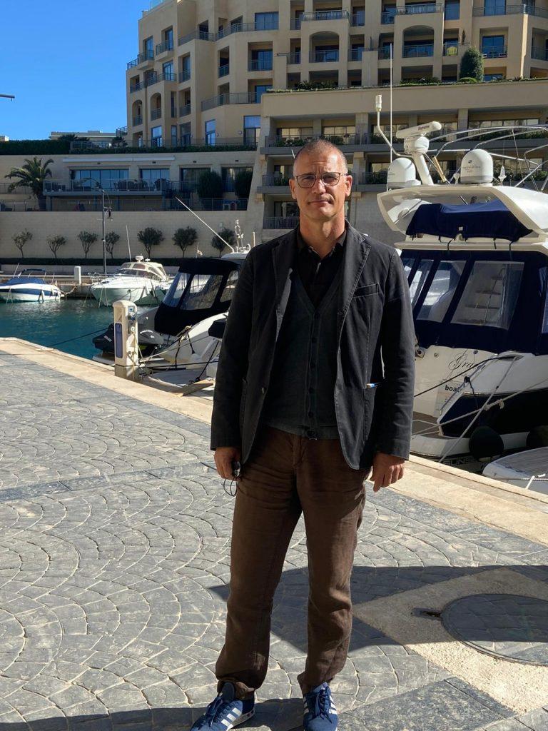 Stefano Sanderra in posa per la fotografia