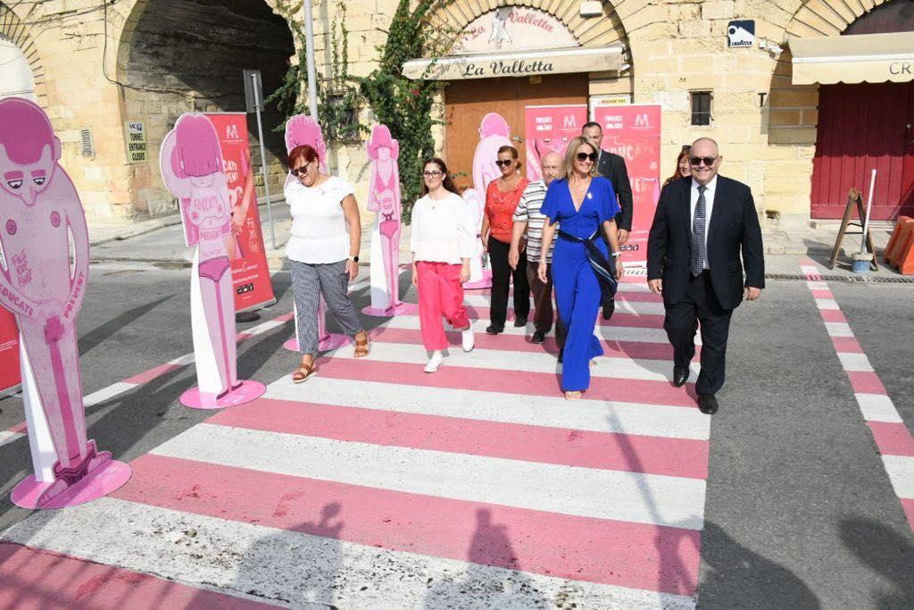 Ottobre rosa, strisce pedonali rosa e bianche