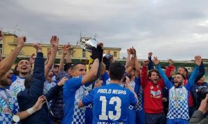 Vincenzo Gallo - I giocatori dell'U.s. Marcianise alzano la Coppa