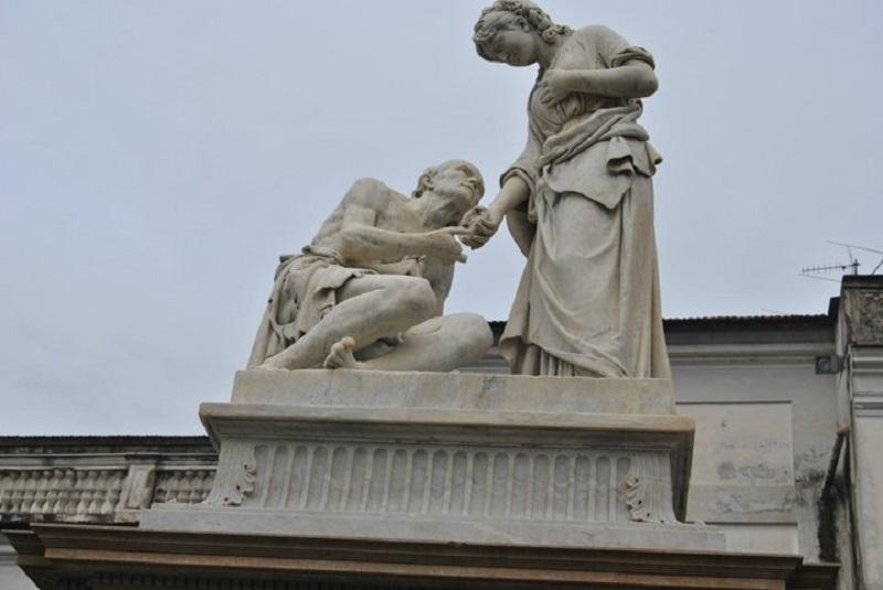 Particolare della statua della Carità di Onofrio Buccini