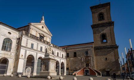 Statua della Carità di Onofrio Buccini e chiesa dell'Annunziata