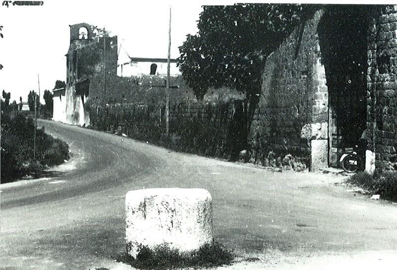 La pietra Di Trentola in una foto in bianco e nero